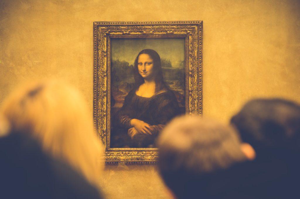 persone che ammirano un'opera al museo